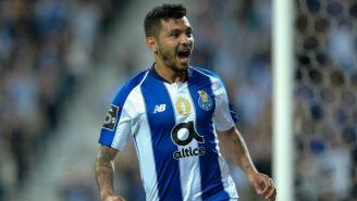 Tecatito Corona festeja un gol con el Porto