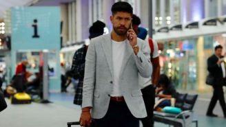 Oribe Peralta, en el AICM para partir a Guadalajara