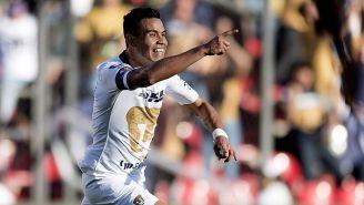 Pablo Barrera festeja un gol con Pumas