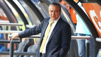 José Luis Trejo en el banquillo de Pumas