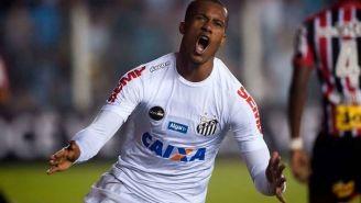 Jonathan Copete festeja un gol con Santos de Brasil