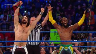 Seth Rollins y Kofi Kingston celebran en el ring