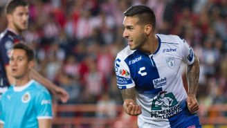 Ismael Sosa le festeja un gol a Chivas
