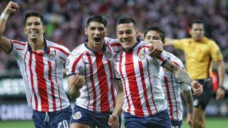 Jugadores de Chivas festejan gol