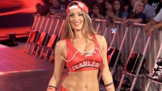 Nikki Bella hace su entrada al ring