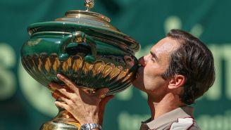 Roger Federer besa el trofeo de Halle
