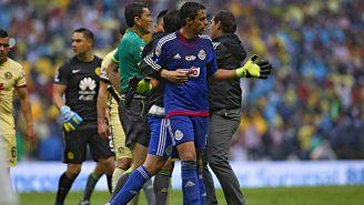 Toño, en su primer etapa con Chivas, durante un Clásico vs América
