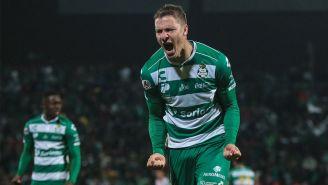 Julio Furch festeja gol con Santos