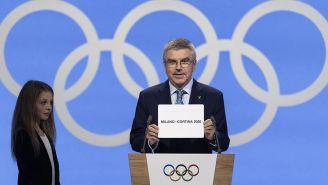 El presidente del COI, Thomas Bach, anuncia a Milán como sede