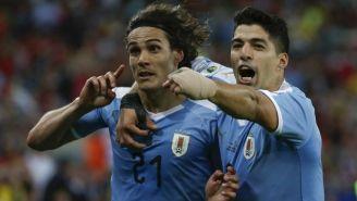 Cavani y Suárez celebran anotación contra Chile