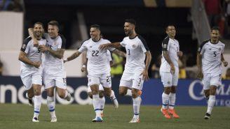 Jugadores de Costa Rica festejan su gol frente a Haití