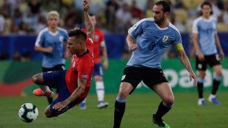 Godín pelea un balón con Vargas en la Copa América