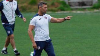 Pedro Caixinha da una indicación en la práctica de Cruz Azul