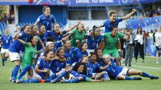 Jugadoras de Italia festejan su pase a Cuartos de Mundial Femenil