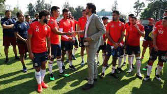 Amaury Vergara, saludando a los jugadores del plantel previo a un entrenamiento