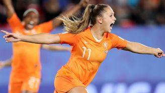 Lieke Martens festeja uno de sus goles contra Japón