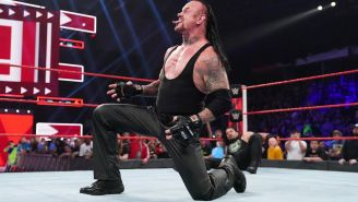 The Undertaker festeja en el ring de la WWE