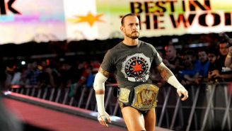CM Punk hace su entrada al ring