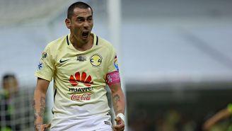 Rubens Sambueza festeja un gol con el América