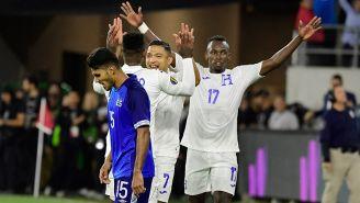 Jugadores de Honduras celebran entre la desgracia salvadoreña