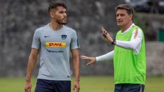 Nicolás Freire escucha atentamente las indicaciones de su técnico