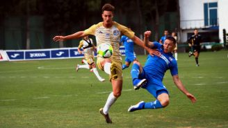 Acción durante un encuentro amistoso entre Atlético de San Luis y Cruz Azul