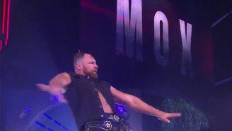 Jon Moxley hace su entrada al ring