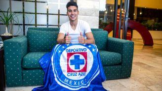 Pol Fernández posa para RÉCORD con bandera de Cruz Azul