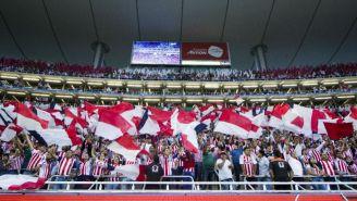 Afición de Chivas apoyan al equipo en un juego