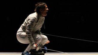 Paola Pliego en una competencia de Esgrima