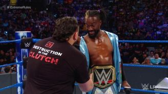 Momento en que Samoa Joe le da la mano a Kofi Kingston