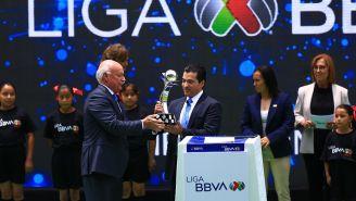 Enrique Bonilla entrega el trofeo al representante de BBVA