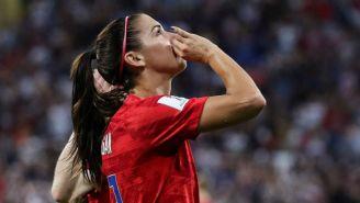 Festejo de Alex Morgan tras marcarle gol a Inglaterra