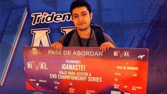MikeSaftig sostiene su premio tras ganar el Torneo Rival de la LMV