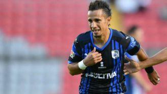 Camilo Sanvezzo durante un partido con el Querétaro