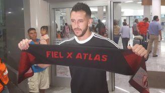 Camilo Vargas, posa en su llegada a Guadalajara
