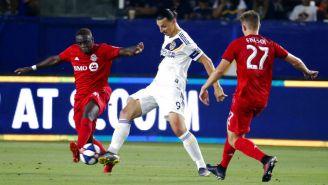 Zlatan intenta quitarle el balón a un rival en partido de la MLS
