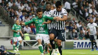 Navarro y Vangioni disputando el balón
