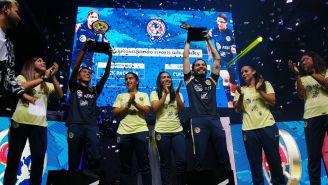 Cuernoasti y Jack Package levantan su trofeo de campeones junto a las jugadoras del América Femenil