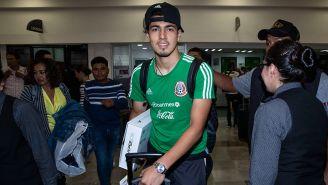 Érick Gutiérrez a su llegada al aeropuerto de la Ciudad de México