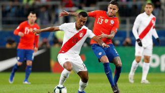 Renato Tapia trata de escapar con el balón ante la marca de Erick Pulgar