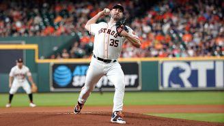 Verlander lanza la bola en un juego de los Astros