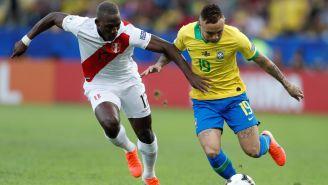 Luis Advíncula pelea un balón en la Final de la Copa América