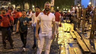 José Luis Higuera posa en las calles de Pamplona