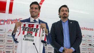 Pollo Briseño posa con la playera de Chivas