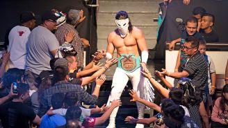 Bandido hace su entrada al ring con Triple A