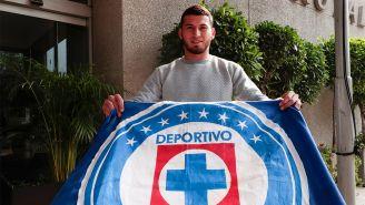 Juan Escobar posa con una bandera de Cruz Azul