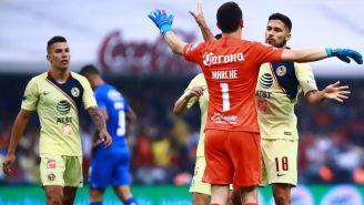 Marchesín, Valdez y Uribe celebran un gol de América