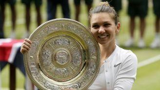 Simona Halep posa con el trofeo de Wimbledon