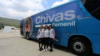 Jugadoras de Chivas posan frente a su nuevo autobús